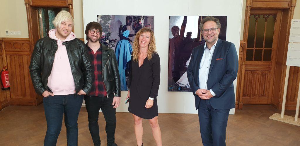 Met (van links naar rechts) het kunstenaarsduo Domen van de Velde (waarvan werk te zien is op de tentoonstelling) en organisator Kaat Celis.