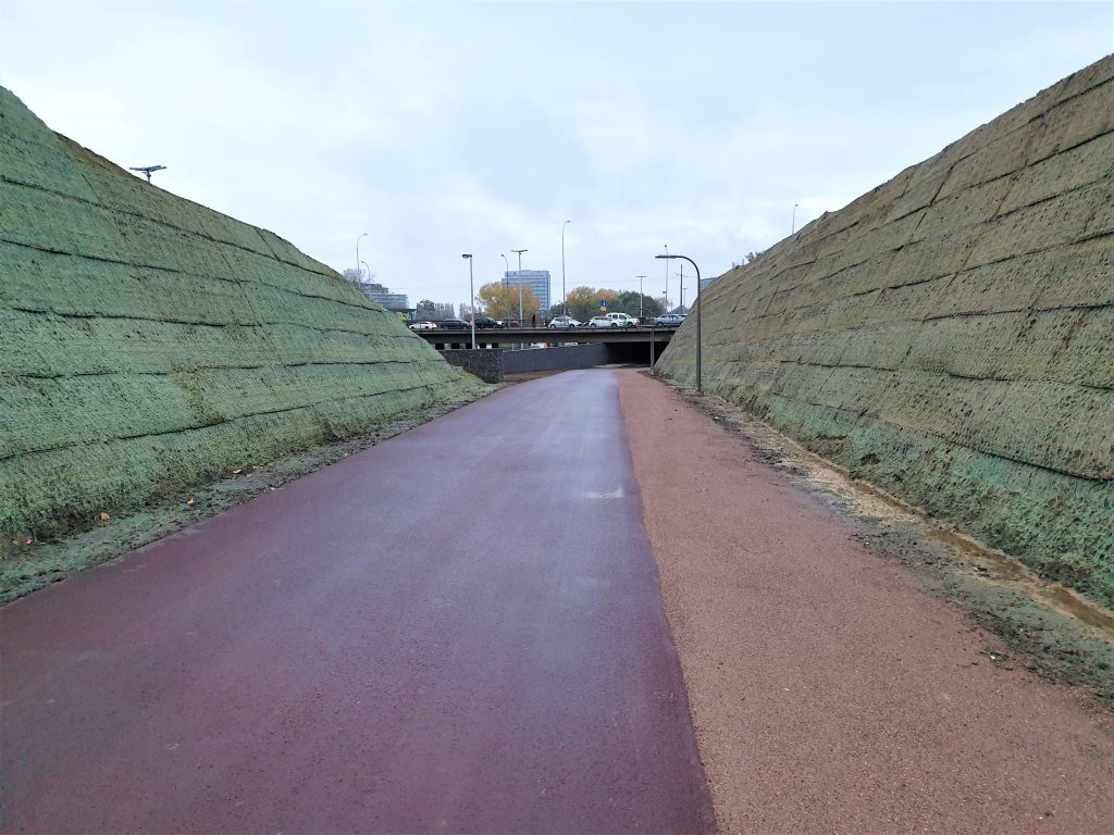 In beeld: de bermen langs het fietspad dat onder de Stenenbrug loopt.
